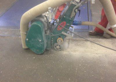 Das alte Fugenmaterial wird Maschinell entfernt und anschließend durch eine Fuge ersetzt.